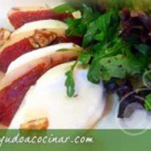 Ensalada de mozzarella con pez espada ahumado y nueces caramelizadas