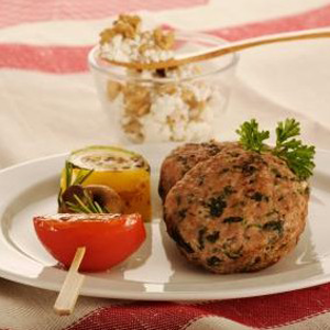 Hamburguesas con nueces, berenjena, ricotta y brocheta de verduras