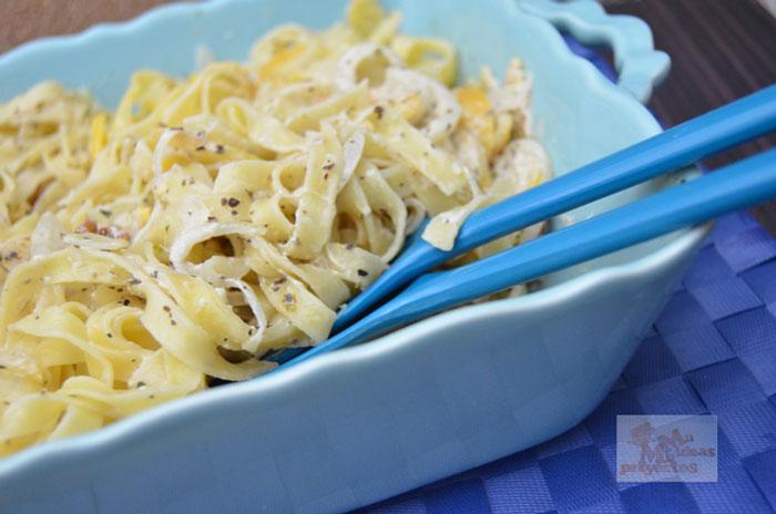 Nidos de pasta con melocotón y salsa de nueces