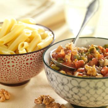 Macarrones con sofrito de tomate, pimiento, atún y nueces