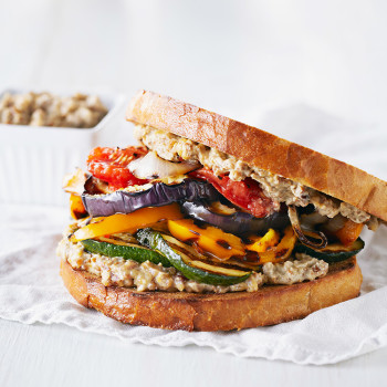 sandwich-de-vegetales-a-la-parrilla-con-alioli-de-nueces