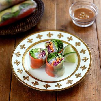 Rollitos-de-primavera-de-ensalada-salmon-y-salsa-de-nueces