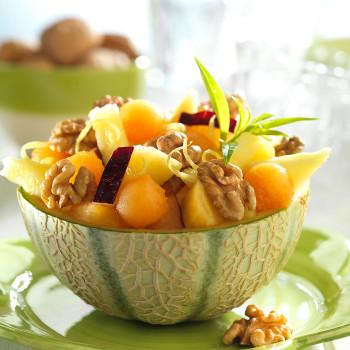 melon-relleno-con-piña-ciruelas-y-nueces
