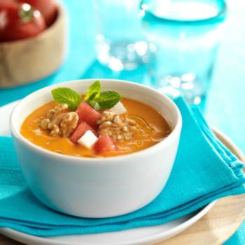 gazpacho-de-sandia-con-nueces-y-queso-fresco