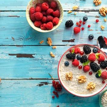 crema-de-yogur-queso-y-melocoton-con-topping-de-frutos-rojos-y-nueces