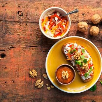 tosta-de-escabeche-de-pollo-y-salsa-romesco-de-nueces