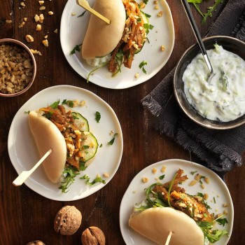 baos-de-tempeh-crema-agria-pepino-y-nueces-tostadas