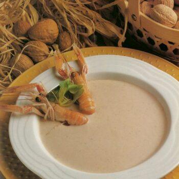 Ajo blanco de nueces con cigalas y ceps