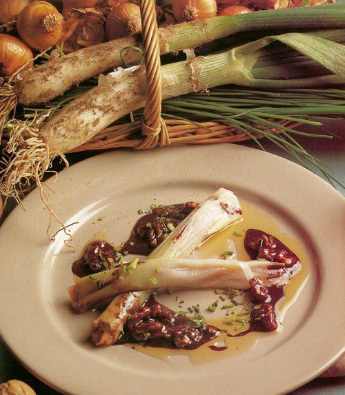 Calçots rellenos de nueces y setas de temporada y salsa de nueces