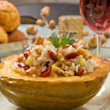Calabaza rellena de pilaf de arroz basmati con nueces y manzana