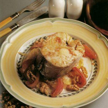Tronco de merluza al horno con cebolla, patatas y nueces