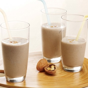 Batido de leche de soja con nueces y plátano
