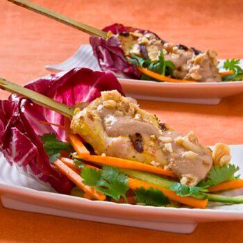 Pinchitos de pollo y cerdo con salsa Satay de nueces