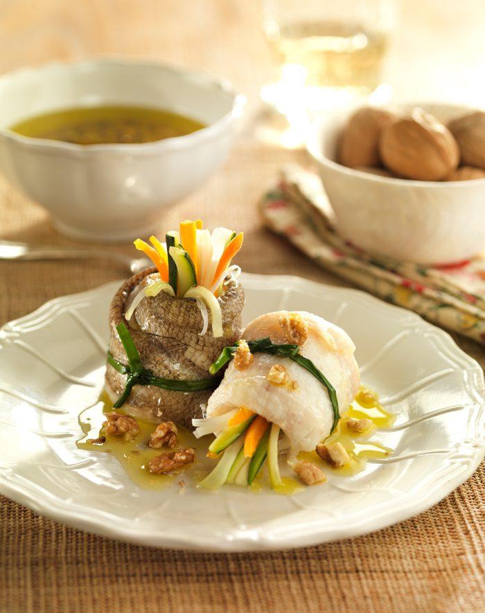 Rollitos de pez gallo al vapor con vinagreta de nueces