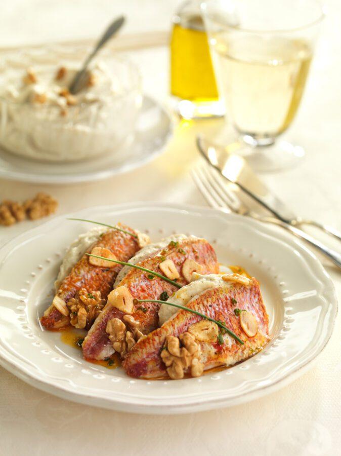 Salmonetes con puré de coliflor y nueces