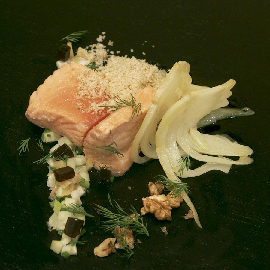 Ensalada de salmón a baja temperatura con hinojos y nueces