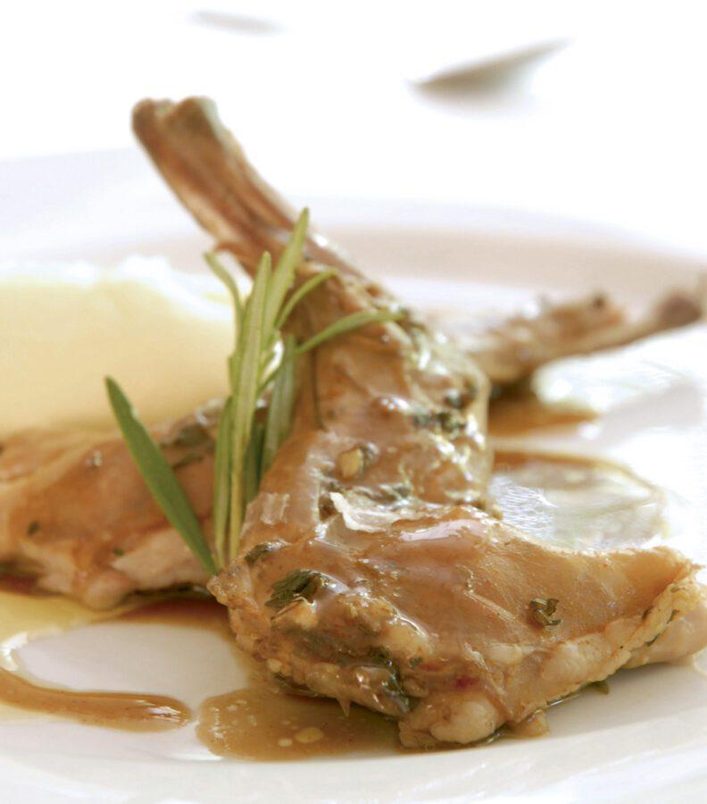 Espaldita de conejo al salmorejo con puré de patata y nueces