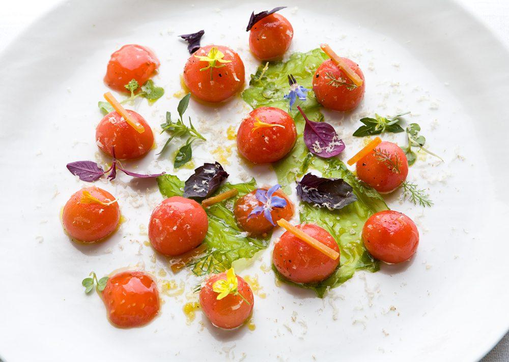 Tomates rellenos de albahaca, ostras, salazones y nueces
