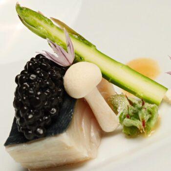 Ajoblanco de nueces con pescado azul setas y caviar de arenque