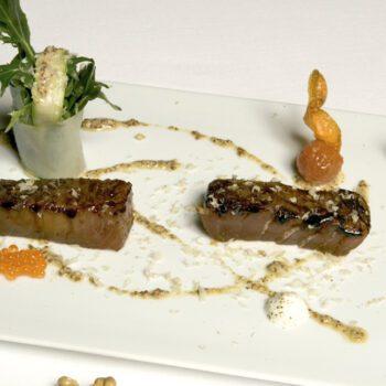 Atún caramelizado con vinagreta de mostaza y nuez y ensalada de contrastes