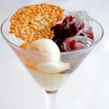 Cerezas marinadas sobre crema de nueces y helado de vinagre