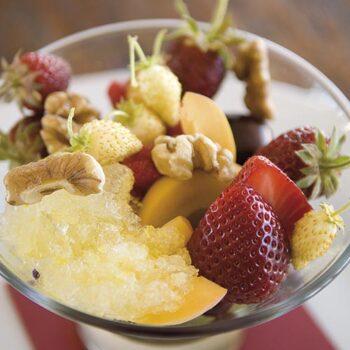 Frutas del bosque, nueces y fruta de la pasión helada