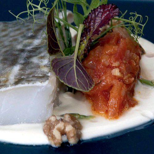 Lomos de bacalao con compota de tomate ajoblanco y for Como cocinar lomos de bacalao