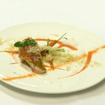Salmonetes con zanahorias caramelizadas, emulsión de coco y polvo de nueces