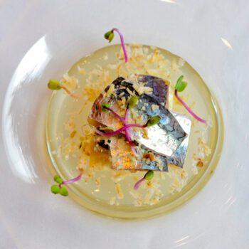 Sardina ahumada sobre mousse de ajoblanco y virutas de nueces