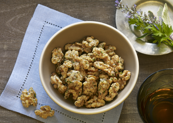 Nueces con queso parmesano y hierbas aromáticas