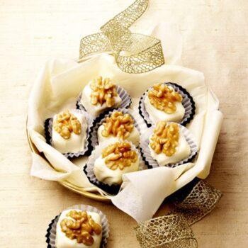 Trufas bañadas en chocolate blanco con nuez y canela