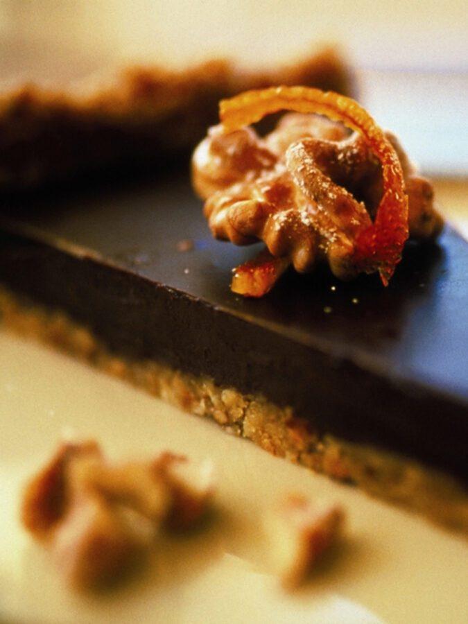 Tarta de chocolate trufada a la naranja sobre crujiente de nuez