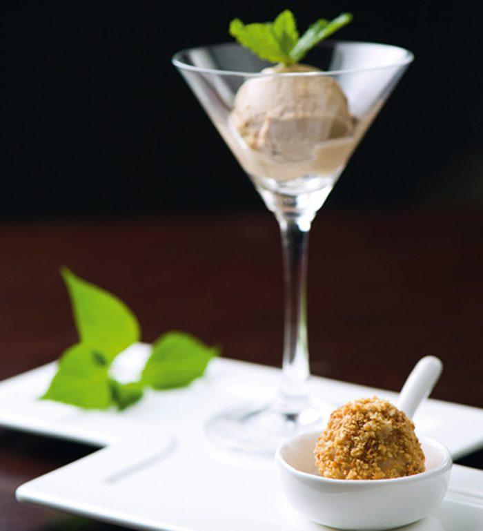 helado de nueces acompañado de una bola dulce de arroz