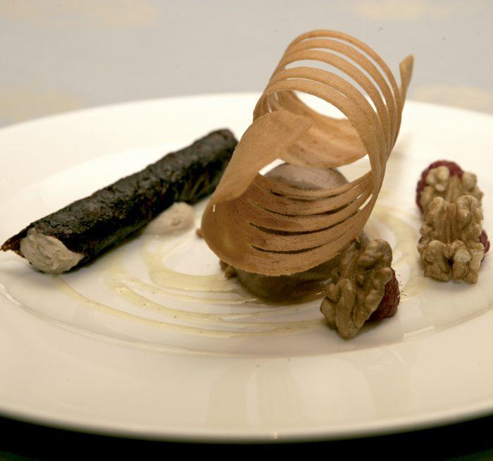 canutillo de chocolate con crema de nueces y helado