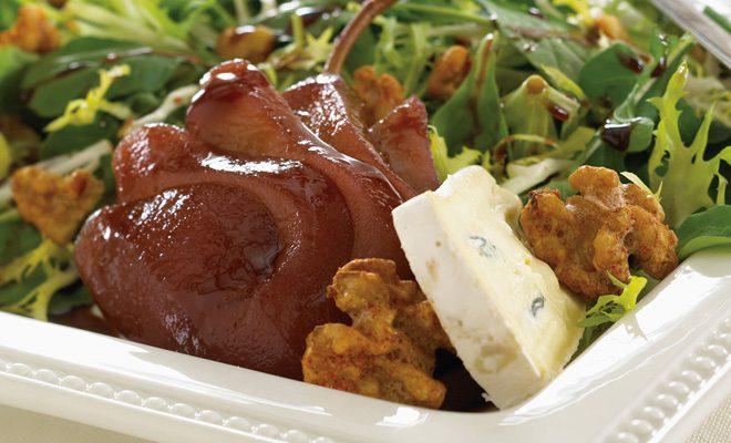 Ensalada de pera asada con queso Cambozola, nueces tostadas y vinagre balsámico glaseado