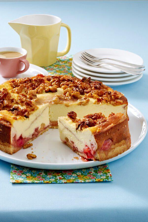 Pastel de queso con fresas, ruibarbo y crujiente de nueces