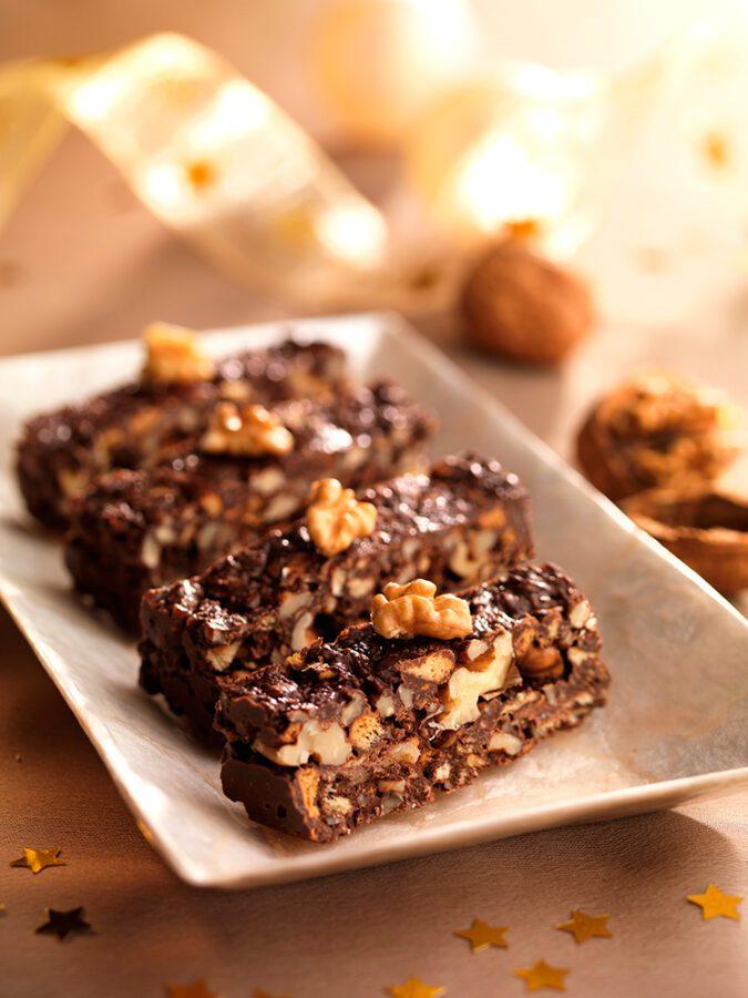 Turrón de chocolate con galletas y nueces