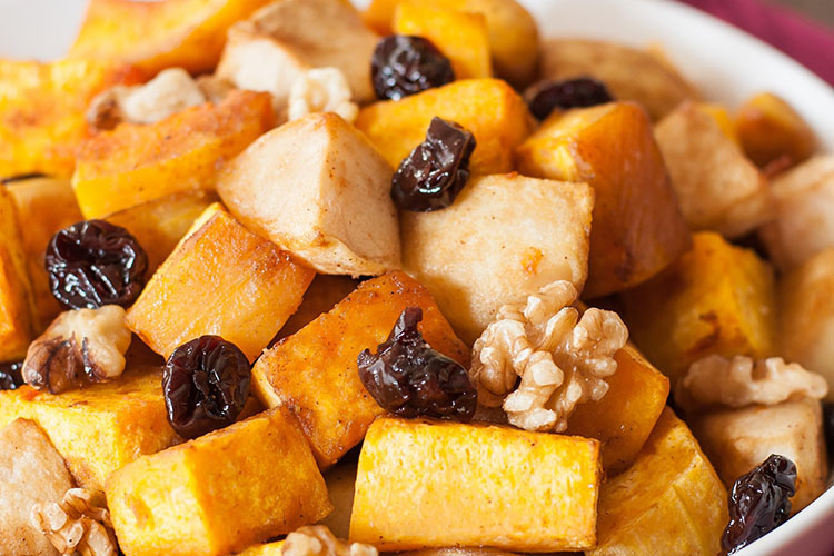 Calabaza asada con manzanas, cerezas y nueces