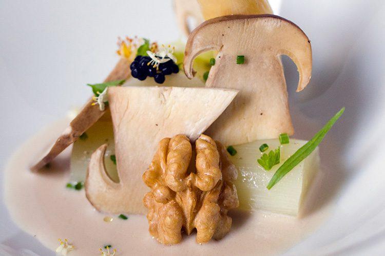 Esparrago blanco pochado con horchata de nueces y trufa de verano