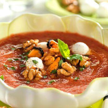 Sopa fría de tomate con mejillones y nueces