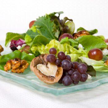 Ensalada griega de nueces y uvas