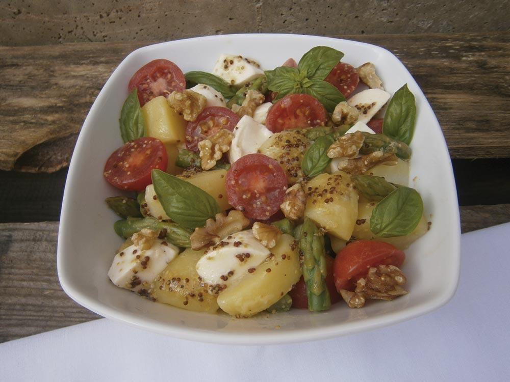 Ensalada de patata con tomates, espárragos, mozzarella y nueces