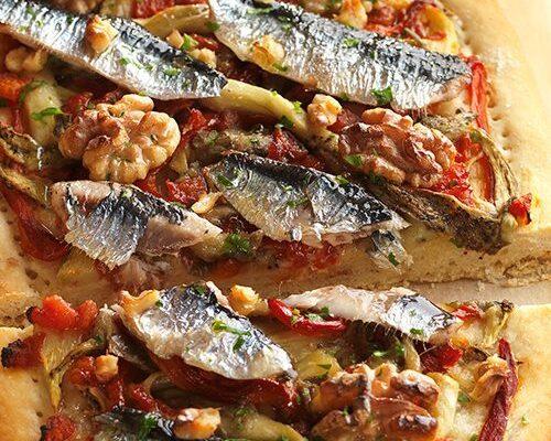 Coca de escalibada, sardinas y nueces