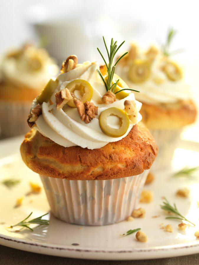 Cupcakes de aceitunas, queso de cabra y nueces