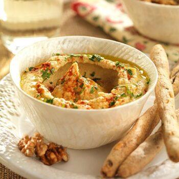Hummus con palitos integrales de nueces