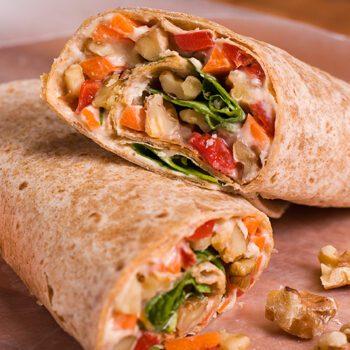 Rollitos de hummus, verduras y nueces