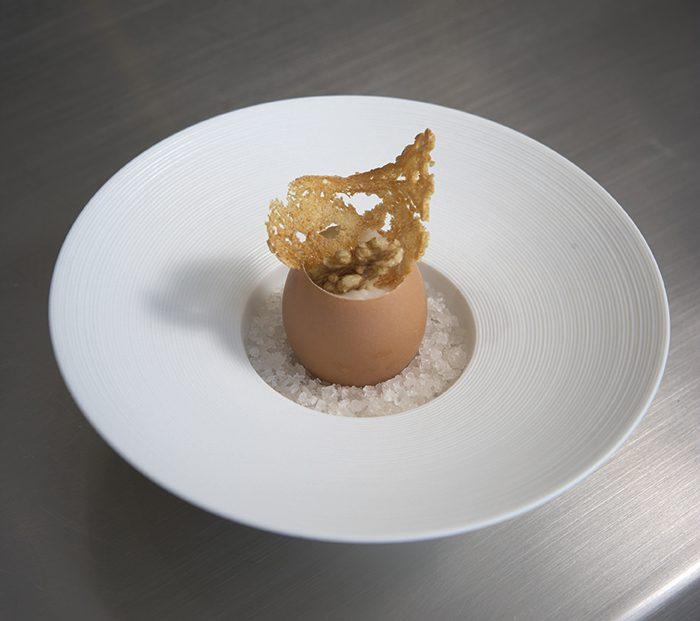 Huevo con espuma de patatas, trufa negra, setas y nueces