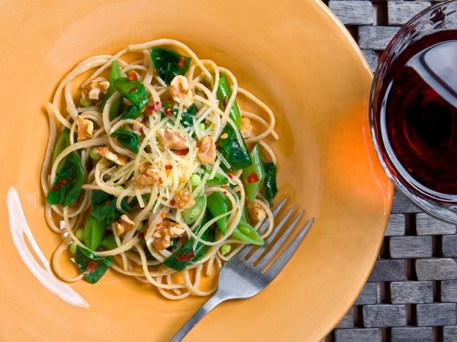 Linguini de primavera con espinacas, garbanzos y nueces