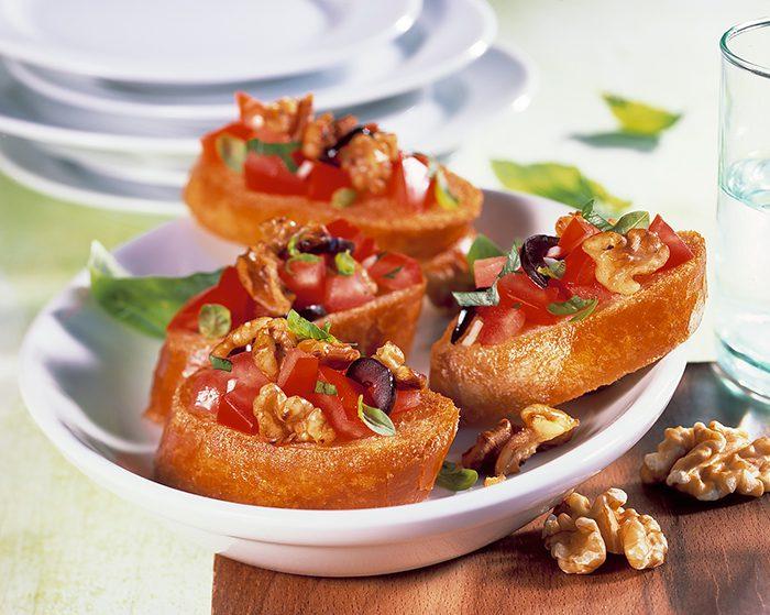 Montaditos de tomate y nueces