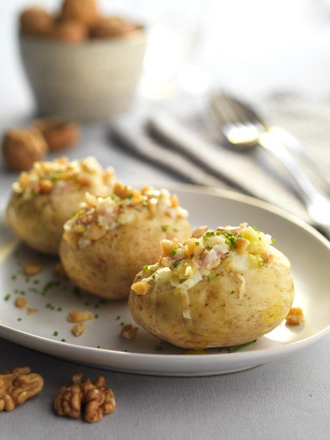 Patatas rellenas con jamón, queso y nueces